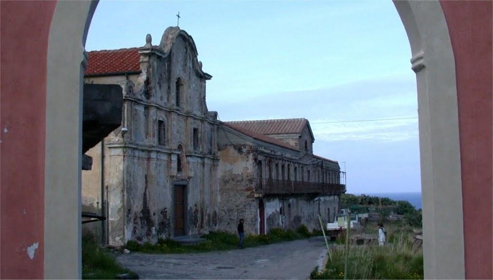Il complesso prima del restauro della chiesa